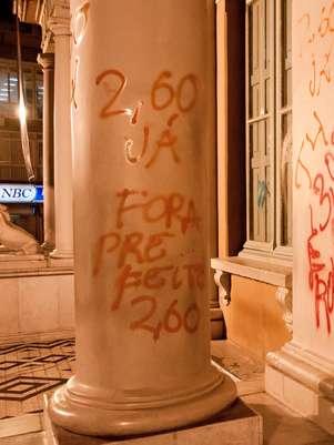 Manifestantes fizeram pichações na fachada da prefeitura de Porto Alegre Foto: Diogo Sallaberry / Futura Press