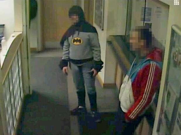 Imagem de câmera da delegacia mostra o homem vestido de Batman ao lado do criminoso no último dia 25 Foto: West Yorkshire Police / Reuters