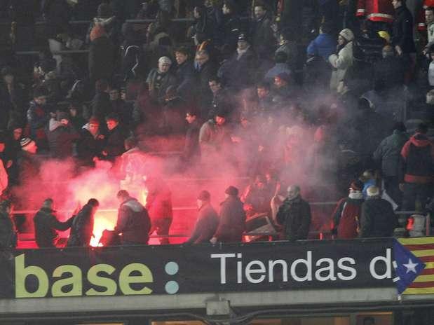 Torcedores do Real Madrid arremessaram sinalizador contra rivais do Barcelona Foto: EFE