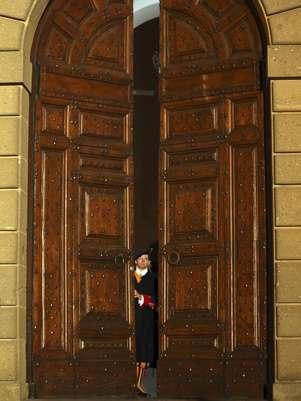 Guarda Suíça fecha os portões da residência de Castel Gandolfo, encerrando a formalidade do fim do Pontificado de Bento XVI Foto: AP