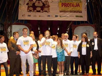 Maria do Rosário no lançamento da campanha no Rio, ao lado dos atores Marcos Frora e Sidney Sampaio, entre outros Foto: Victor Santos / SMDS-Rio / Divulgação
