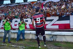 Gamalho marcou duas vezes para o Santa Cruz neste domingo Foto: Ademar Filho / Futura Press