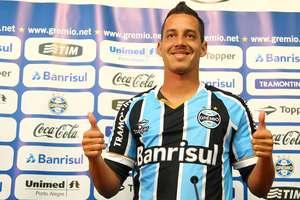 Rodriguinho veste a camisa do Grêmio pela primeira vez Foto: Lucas Uebel/Grêmio FBPA / Divulgação
