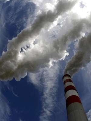 Fumaça emana das chaminés de maior usina termelétrica a carvão da Europa, naPolônia; climatologistas alertaram nestedomingo sobre os perigos do aquecimento global Foto: Peter Andrews / Reuters