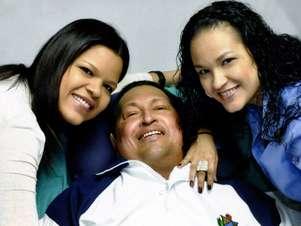 Imagem divulgada pelo ministro Villegas no Twitter mostra Chávez com suas filhas Foto: Divulgação