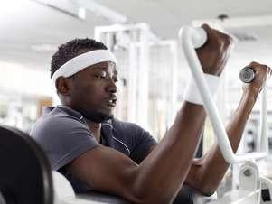 Levantar pesos progressivamente maiores, comer corretamente e proporcionar descanso suficiente ao seu corpo são as regras para ganhar massa muscular Foto: Getty Images