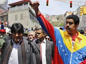 O presidente boliviano, Evo Morales, e o vice de Chávez, Nicolas Maduro, participam do cortejo Foto: Reprodução