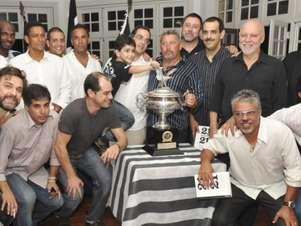 Há três anos, Mazolinha (ao centro) durante encontro com campeões de 1989 Foto: Divulgação