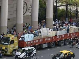 Caminhão carregado com doações para serem enviadas às vítimas da enchente em La Plata Foto: AFP