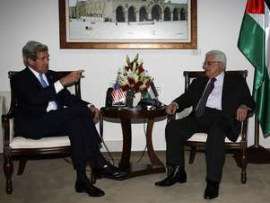 Kerry conversa com o líder palestino Mahmoud Abbas em Ramallah Foto: AFP