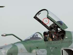 No detalhe, é possível ver o sensor acoplado ao canopy (cobertura) da cabine do F-5M, que permite identificar o ângulo de visão do piloto Foto: FAB / Divulgação