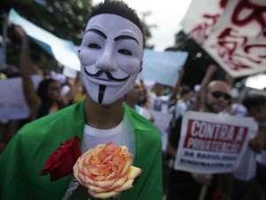 Manifestante participa de protesto em Salvador usando máscara inspirada no soldado britânico Foto: Raul Golinelli / Futura Press