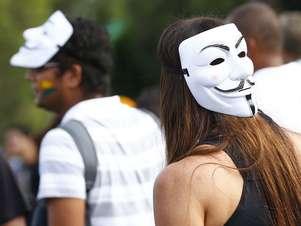 Jovens adotam máscara para pedir redução da passagem de ônibus emudanças sociais Foto: Marcelo Pereira / Terra