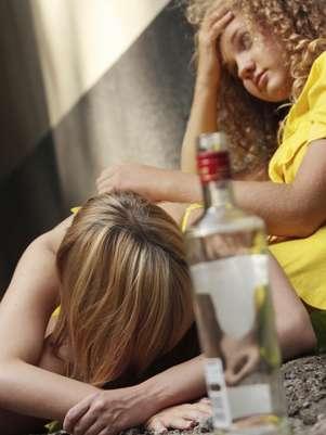 Adolescentes têm assutado pais e médicos com consumo exagerado de álcool via anal, vaginal e até pingando no olho Foto: Getty Images