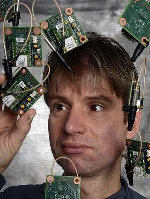O pesquisador da IBM Hendrik Hamann examina sensores usados para detectar condições ambientais, tais como temperatura, umidade, gases e produtos químicos Foto: Jon Simon/IBM / Divulgação