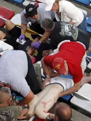 Espectadores precisaram receber atendimento médico por conta de destroços arremessados após a séria batida Foto: AP