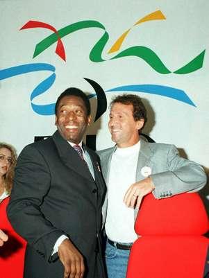 Zico é clicado ao lado do rei do futebol Pelé, em evento em 1996 Foto: AFP