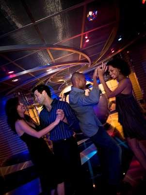 Todas as viagens da Celebrity contam com uma festa temática Zumba Fitness Foto: Celebrity Cruises/Divulgação