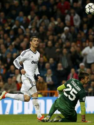 Cristiano Ronaldo aproveitou toque de Ozil para encobrir Muslera Foto: Reuters