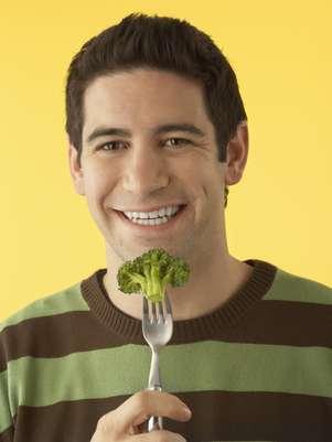 Brócolis, cenoura, batata doce e vegetais verde escuro são fontes de vitamina A Foto: Getty Images