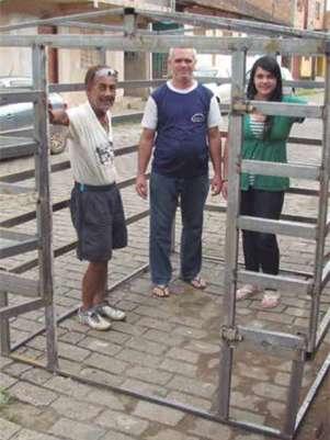 Gaiola criada para abrigar a isca humana; estrutura será colocada na margem de um rio Foto: Jornal O Espeto / Divulgação