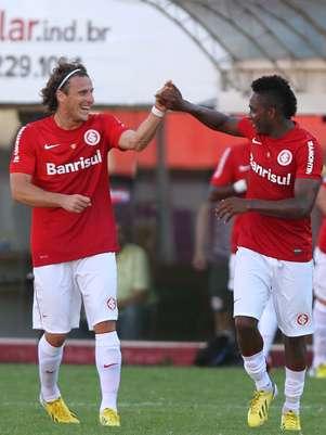 Forlán cumprimenta Willians, que fez um belo gol Foto: Itamar Aguiar / Futura Press