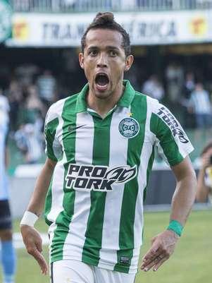 Rafinha fez o gol da virada o Coritiba sobre o Londrina Foto: Mister Shadow/Sigmapress / Gazeta Press