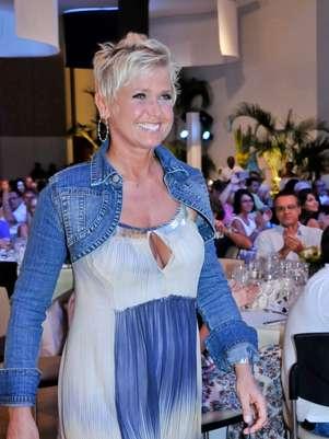 A apresentadora Xuxa Meneghel, que completou 50 anos em 2013, foi homenageada neste domingo, no 12º Fórum Empresarial de Comandatuba (BA) Foto: Divulgação