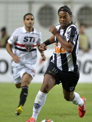 Ronaldinho aproveitou a goleada criada para brincar com a bola e fazer a festa da torcida do Atlético-MG Foto: AFP