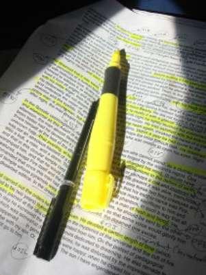 Segundo pesquisadores, apenas marcar trechos de textos não funciona para ajudar a memorização Foto: BBCBrasil.com