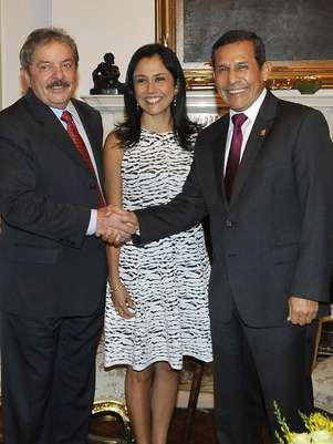 Ao lado da primeira-dama Nadine Heredia, Ollanta Humala cumprimenta o ex-presidente Lula Foto: EFE