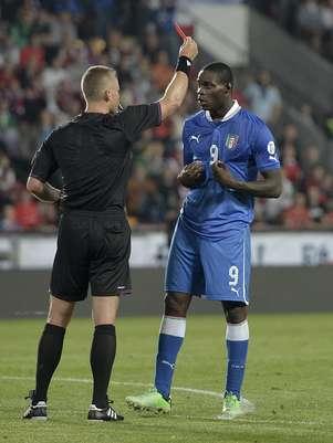 Balotelli foi expulso durante o empate sem gols entre República Checa e Itália em Praga Foto: AP