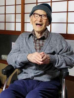 Jiroemon Kimura sorri após ser reconhecido pelo Guinness como o homem mais velho do mundo, em 15 de outubro de 2012 Foto: AP