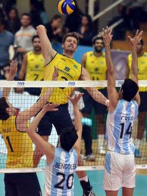 Eder tenta ataque contra a Argentina em vitória brasileira Foto: FIVB / Divulgação
