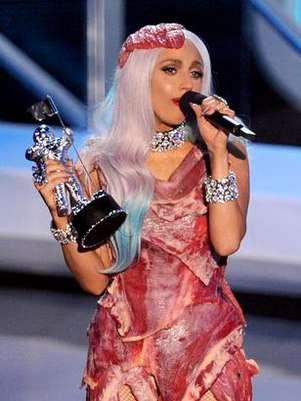 Gaga causou polêmica ao surgir com uma roupa feita de carne no MTV Video Music Awards 2010 Foto: Getty Images