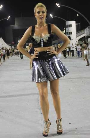 A apresentadora usou saia e top para entrar na avenida Foto: Léo Franco / AgNews