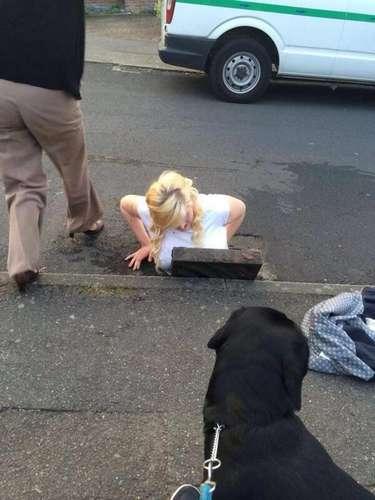 Adolescente fica presa em bueiro ao tentar pegar iPhone 5  03/04/2014