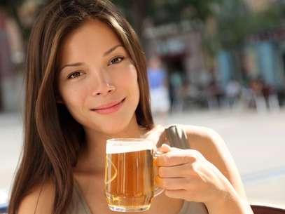 Excesso de consumo do álcool provoca aumento da oleosidade no rosto até o envelhecimento precoce Foto: Shutterstock