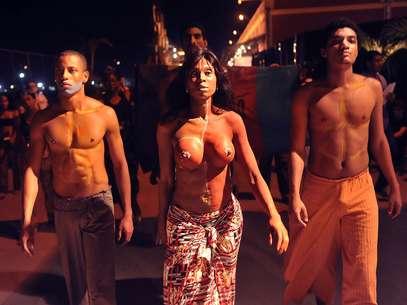 Grupo de manifestantes do movimento Educafro protestam contra a falta de negros nas passarelas brasileiras Foto: Daniel Ramalho / Terra