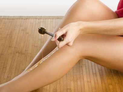 Sucesso entre as mulheres, método de depilação é capaz de arrancar os fios pela raiz, mas também de agredir pra valer a superfície da cútis Foto: Shutterstock