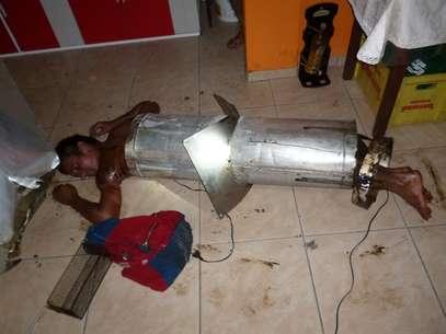Jovem foi encontrado no chão, enrolado na estrutura de alumínio Foto: Corpo de Bombeiros / Divulgação