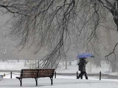 Pedestres caminham durante nevasca em Boston, nos Estados Unidos, nesta sexta-feira. 08/02/2013 Foto: Brian Snyder / Reuters