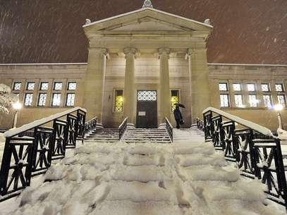 Neve cobre as escadas em frente à biblioteca pública Gilbert M. Simmons, em Kenosha, no Estado de Wisconsin Foto: AP