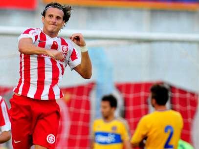Forlán fez um golaço no segundo tempo, de cobertura Foto: Ricardo Rímoli / Agência Lance