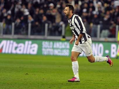 Vucinic arriscou de fora da área e fez belo gol Foto: AP