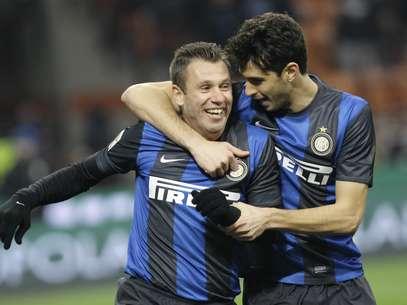 Cassano (à dir.) contou com falhado goleiro para marcar Foto: AP