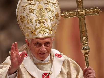 Papa Bento XVI acena para católicos na basílica de São Pedro em missa realizada em 2011 Foto: Franco Origlia / Getty Images