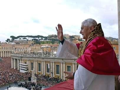 Bento XVI saúda católicos pela primeira vez como Papa após Conclave, em 19 de abril de 2005 Foto: AFP