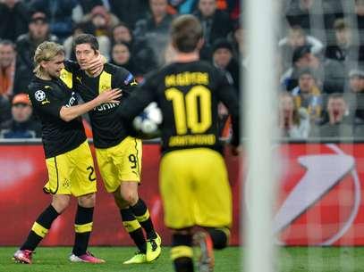 Jogadores do Dortmund comemoram gol inusitado do polonês Lewandowski no primeiro tempo Foto: AFP