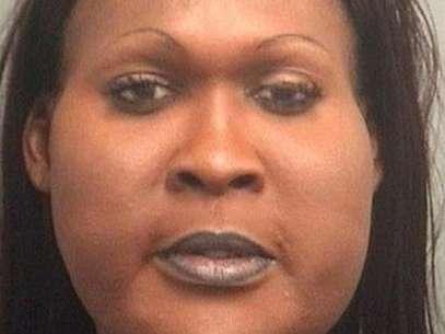Imagem mostra o suspeito vestido de mulher após ser preso pela segunda vez Foto: Divulgação